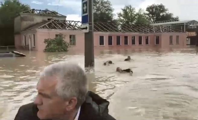 """Kırım Valisi sel basan sokakları botla gezdi, ekipler """"yüzerek"""" eşlik etti"""