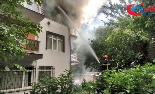Yangında mahsur kalan çocuğu balkona tırmanıp kurtardılar