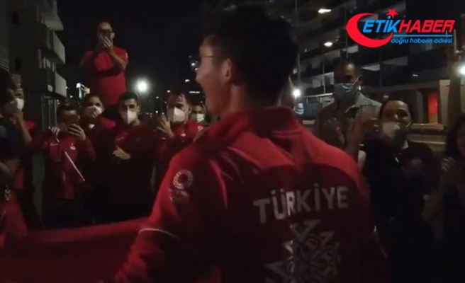 Mete Gazoz'a Olimpiyat Köyü'nde coşkulu karşılama
