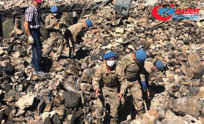 Jandarma, Akseki'deki yangında yıkılan evin enkazında bulunan bilezikleri sahibine ulaştırdı