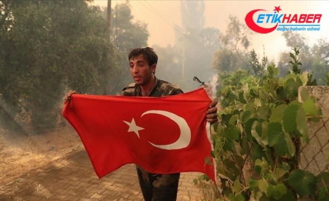 Marmaris'te orman yangınında görevli Azerbaycanlı itfaiyecilerin Türk bayrağı duyarlılığı