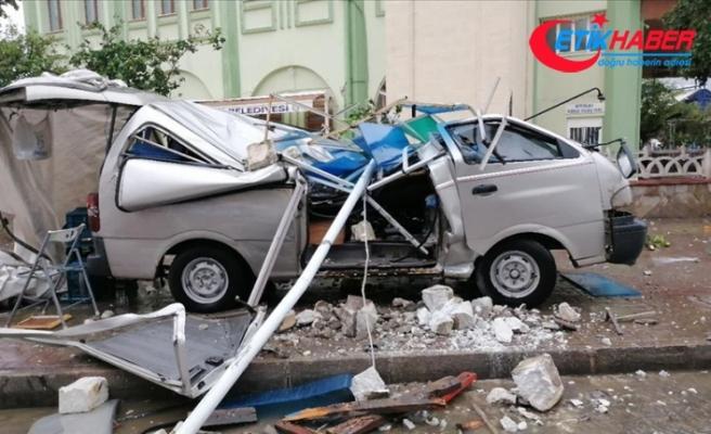 Aydın'da fırtına nedeniyle reklam tabelası ve çatının düşmesi sonucu 4 kişi yaralandı