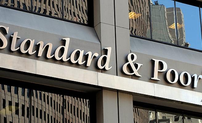 S P İngiltere'nin kredi notunu düşürdü