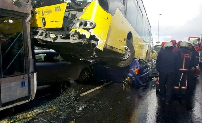 İstanbul'da metrobüs yoldan çıktı
