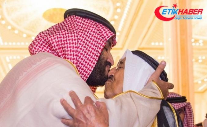 Kuveyt Emirini burnundan öptü