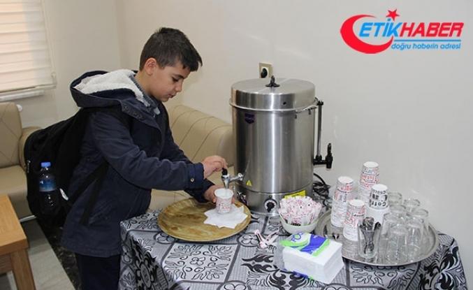Apartmanda, okula giden çocuklara süt ikramı