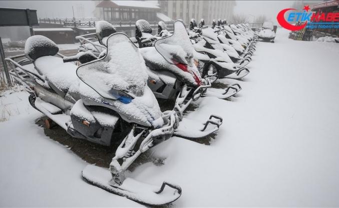 Uludağ'ın 'Oteller Bölgesi'ne mevsimin ilk karı yağdı