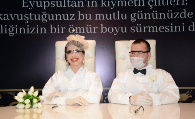 Damat ve gelinlik yerine tulumlarını giyip mutluluğa 'evet' dediler
