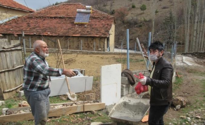 Köyün yaşlılarının ihtiyaçlarını muhtarın oğlu karşılıyor