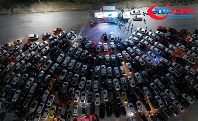 'Açık hava sineması' etkinliğine katılanlar gösterimdeki filmi araçlarından izledi