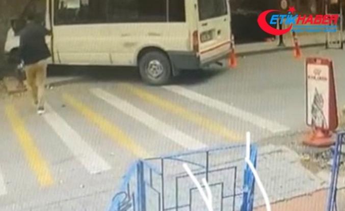 Servis minibüsü doğalgaz kutusuna çarptı, yaya son anda kurtuldu