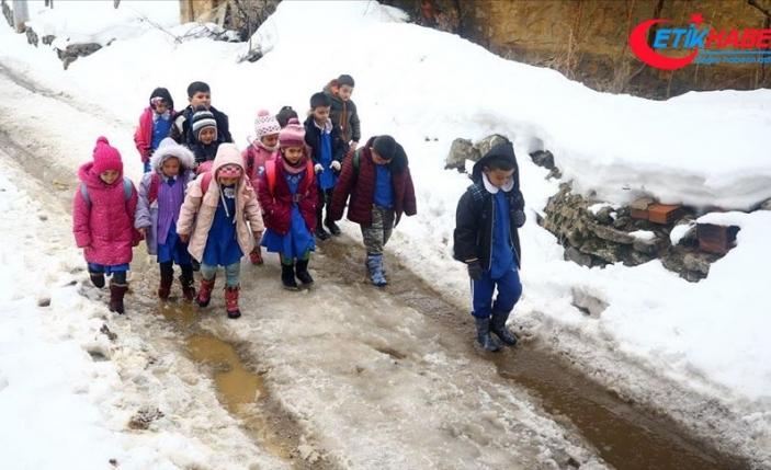 Konyalı öğrencilerin karda zorlu eğitim yolculuğu
