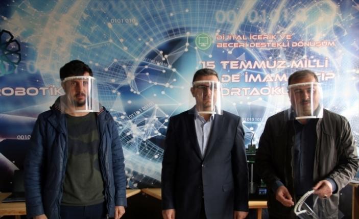 Sivas'ta iki okulda koronavirüse karşı 3D yazıcılarla siperlik üretiliyor