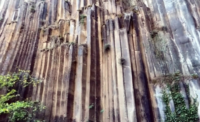5 milyon yıllık altıgen prizma kayalık görenleri şaşırtıyor
