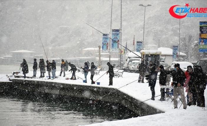 Balıkçılar kar yağışı altında İstanbul Boğazı'nda balık tutma keyfini yaşadı