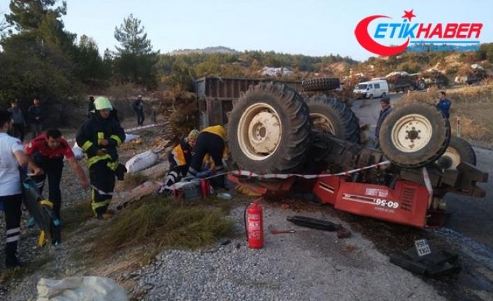 Devrilen traktörün altında kalan sürücü yaralandı, eşi öldü