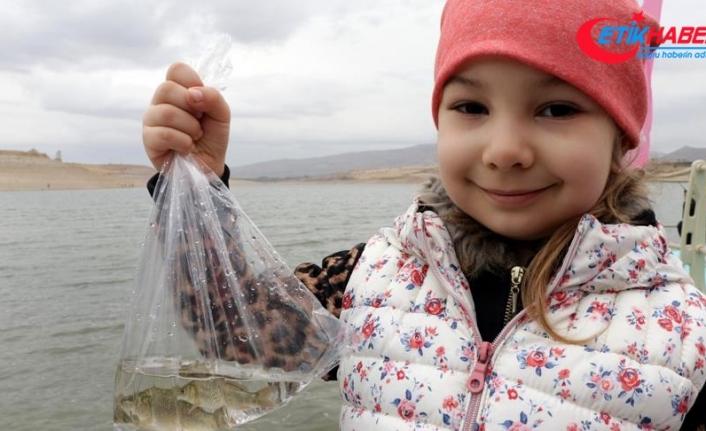 Sarımsaklı Barajı'na 120 bin sazan yavrusu bırakıldı