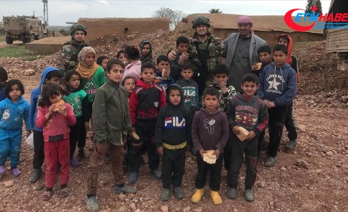 Mehmetçik ekmeğini Suriye'deki ihtiyaç sahipleriyle paylaşıyor